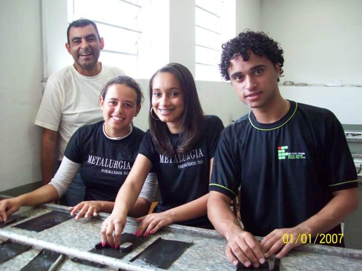 Foto-5-Egressa-Marina-de-Freitas-Aurélio-Oliveira-primeiro-plano-primeira-à-esquerda