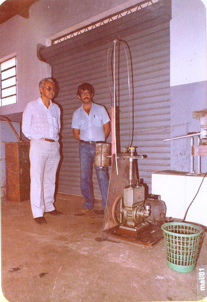 Professor-Antônio-Martins-à-esquerda-e-professor-Geraldo-da-Consolação-à-direita-docentes-do-Curso-Técnico-em-Metalurgia