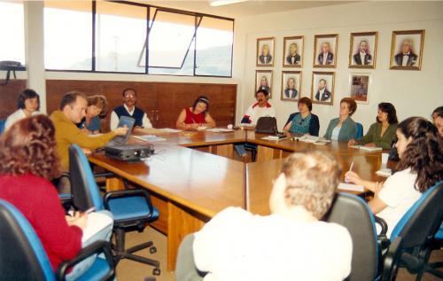 """""""Discussão com direção geral, professores e técnico-administrativos sobre o Decreto 2.208/97""""Créditos da foto: Laboratório de Memória Institucional e Pesquisa Histórica – IFMG – Campus Ouro Preto"""